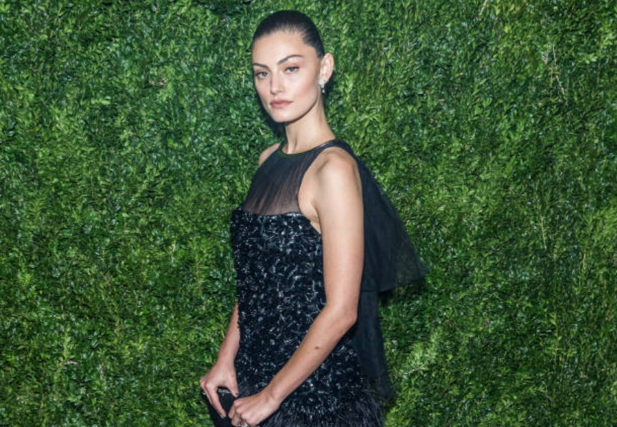 533150e1b225 Phoebe Dazzles the Museum s Tribute to Julianne Moore. The Originals  gorgeous Phoebe Tonkin ...
